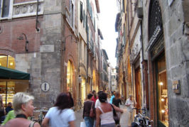 Shopping sotto le stelle a #Lucca: si parte…
